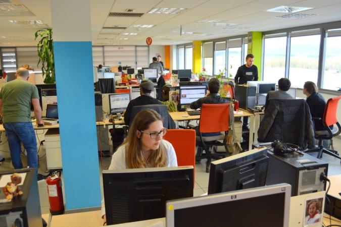 Trabajadores en oficinas de BIKO, empresa participante en el I programa.