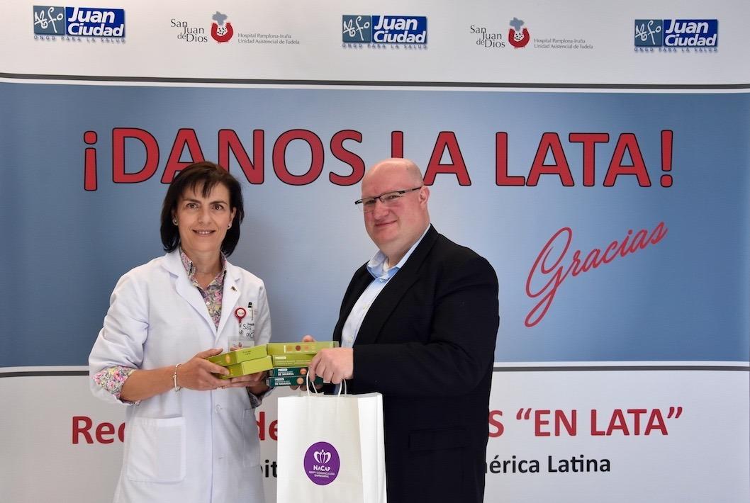 Patricia Segura, directora gerente del Hospital San Juan de dios recoge las latas de parte de Jesús Jiménez