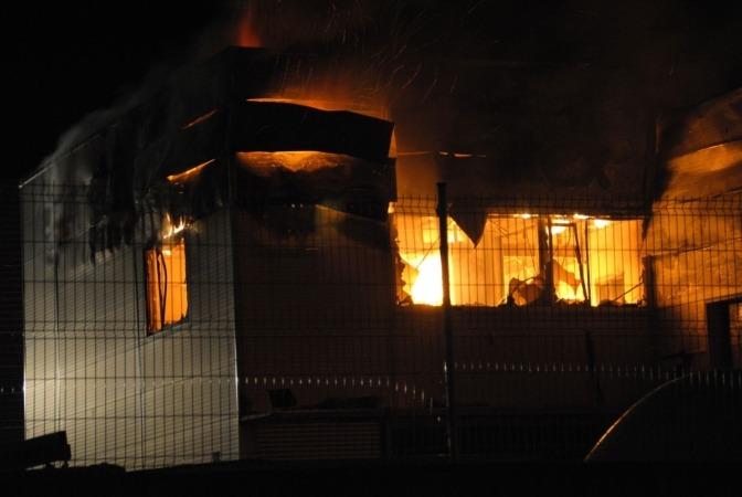 Momento del incendio producido en Poliéster Resitex de Esquiroz