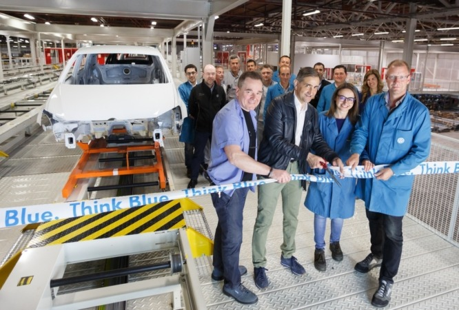 Momento de la inauguración del nuevo almacén en VW Navarra