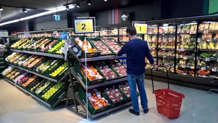 Imagen de un consumidor ante un lineal de un supermercado (Foto: Víctor Rodrigo. archivo)