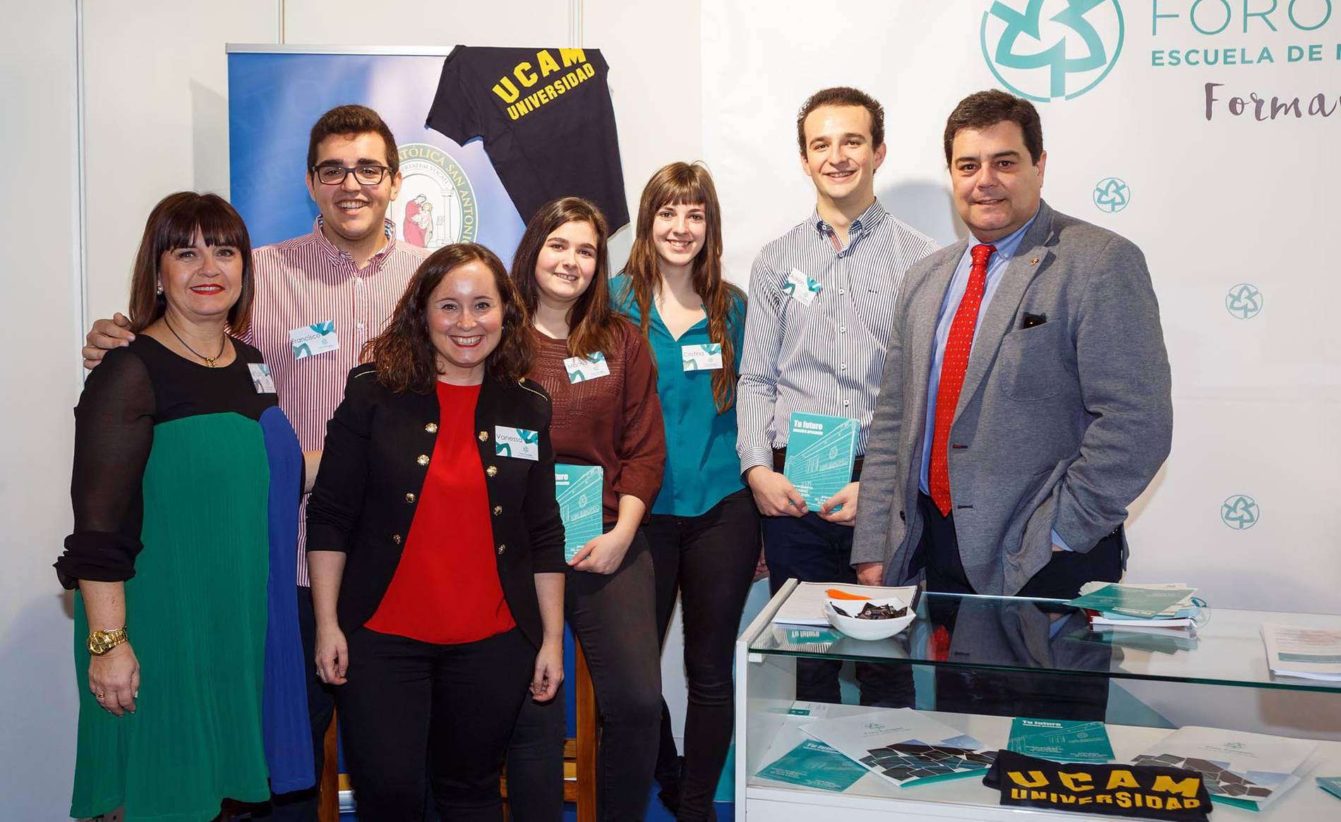 director de Foro Europeo, Pedro Baile; la directora de los Grados, Mª Luisa Ordóñez y yo misma, junto a algunos alumnos de los Grados de Administración y Finanzas y Asistencia a la Dire