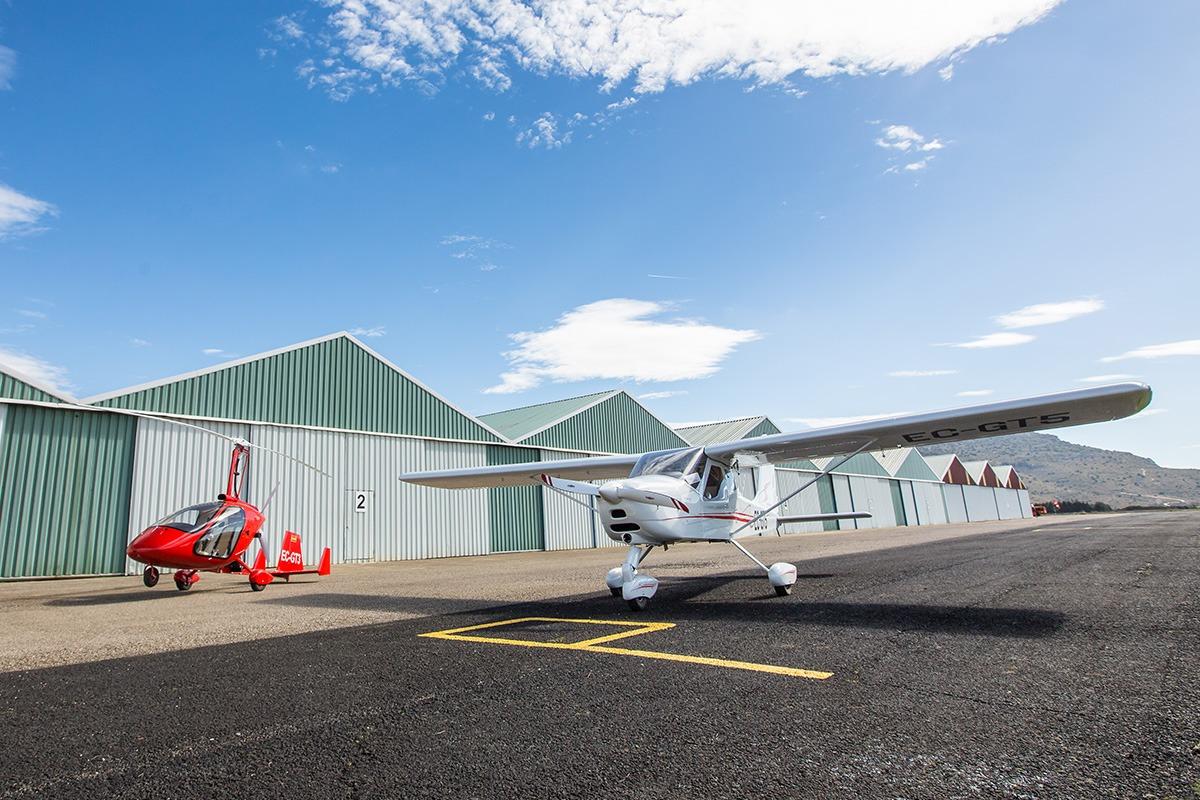 Aeronaves en frente de los hangares de Pyrineum