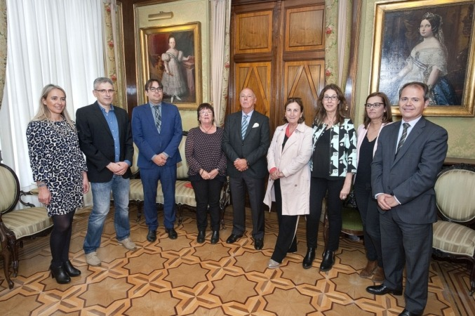 La consejera Beaumont, Javier Taberna, presidente de Cámara Navarra y profesionales del servicio de medicación.