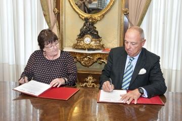 María José Beaumont y Javier Taberna en la firma del acuerdo