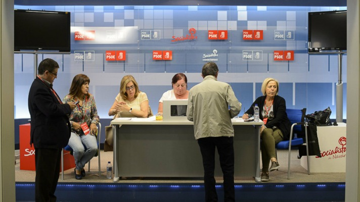 Militante depositando el voto en la sede del PSN de Pamplona. Imagen: Pablo Lasaosa (navarra.com).