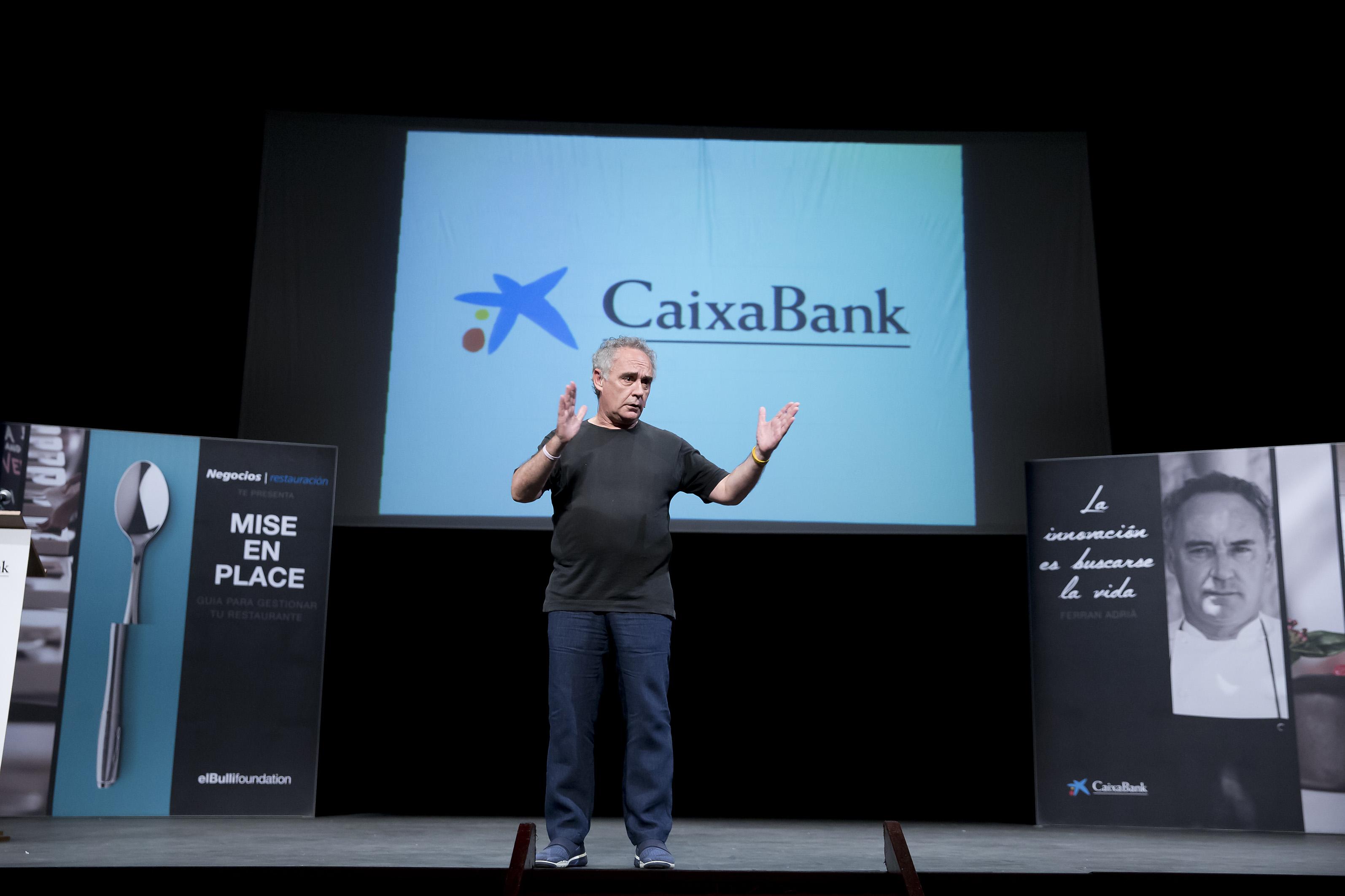 Un momento de la intervención de Ferrán Adriá en el Teatro Gayarre de Pamplona.