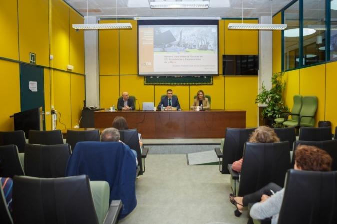 Los responsables del estudio sobre competitividad. De izq. a dcha.: Enrique Díaz, Emilio J. Domínguez y Sandra Cavero, en la UPNA.