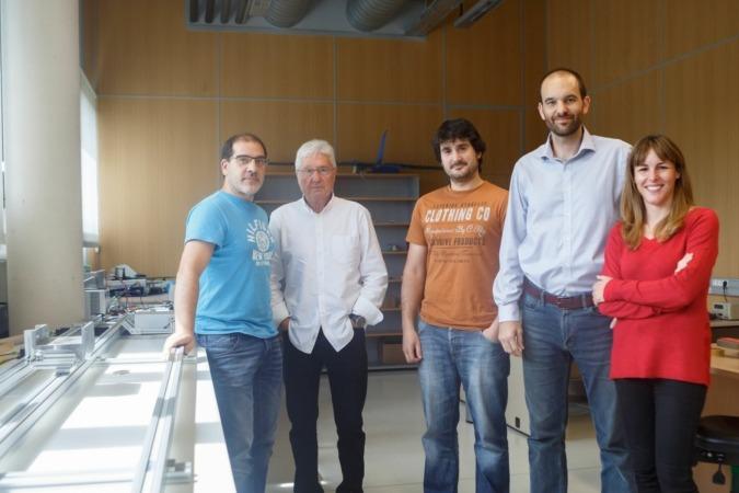 Responsables de la investigación. De I a D: Jesús Villadangos, Carlos Castellano, Ion Goizueta, Jeser Zalba y Amalia Ortiz, en un laboratorio de la UPNA