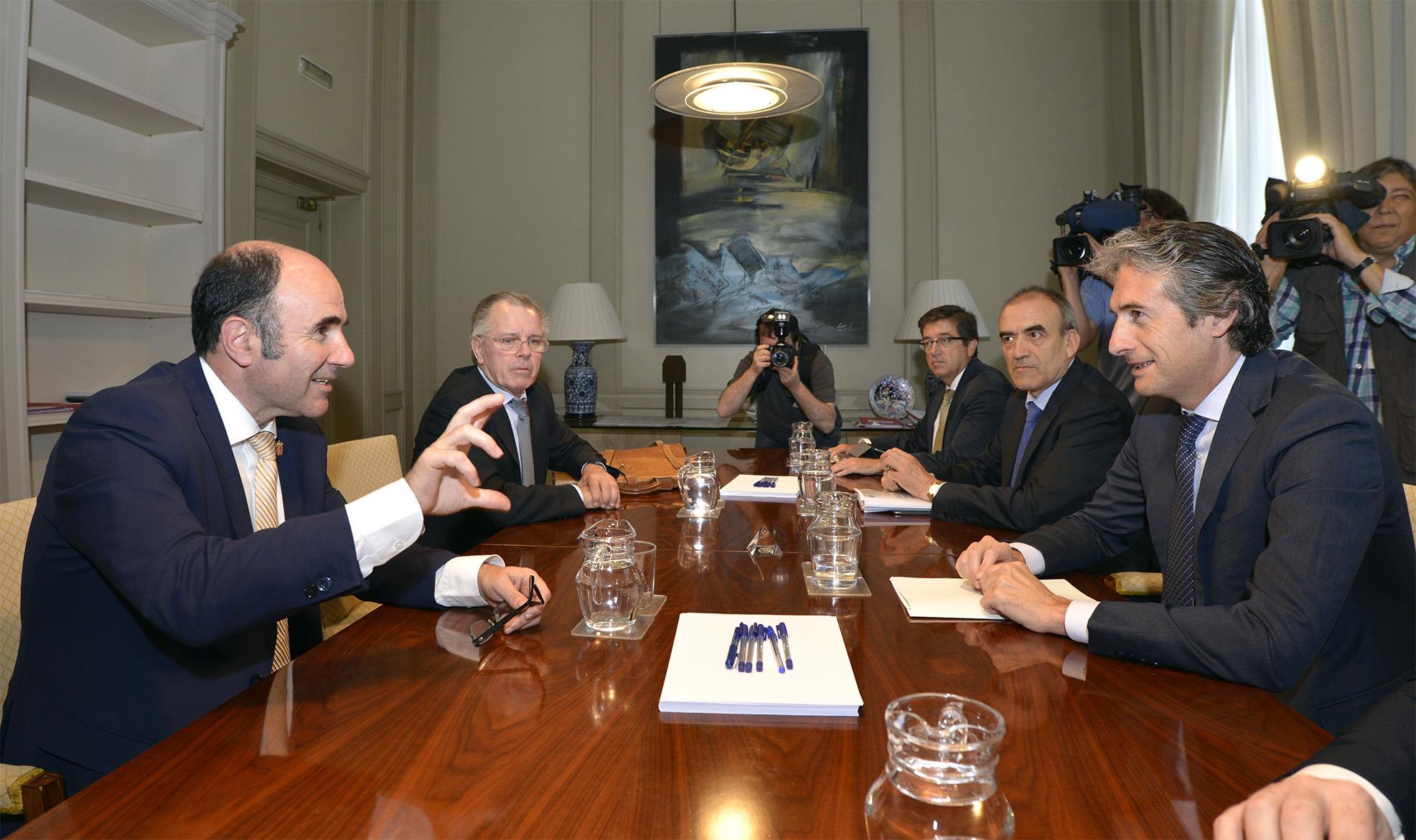 Una imagen del encuentro mantenido ayer en Madrid entre el vicepresidente foral, Manu Ayerdi y el Ministro de Fomento,  Iñigo de la Serna