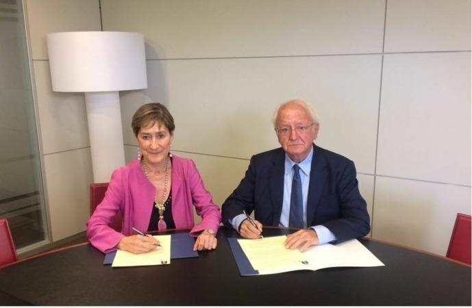 De I a D: Victoria Ortega, presidenta del Consejo General de la Abogacía Española, y Javier Moscoso del Prado, presidente del Consejo Editorial de Thomson Reuters