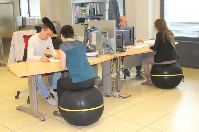 Empleados de Mutua Navarra utilizando las sillas activas