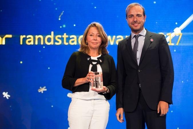 Lourdes Fernández de la Riva, directora de Recursos Humanos de Correos, con el trofeo recibido de manos de Javier Dorado, director del INJUVE.