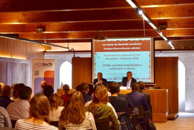 Imagen de una sesión de los 'Viernes de Desarrollo Económico' (Archivo)