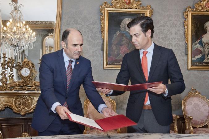 Momento de la firma del acuerdo entre Gobierno de Navarra (Manu Ayerdi) e ICO (Pablo Zalba).