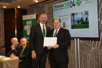 Joseba Martikorena (derecha) recibiendo otro reconocimiento.