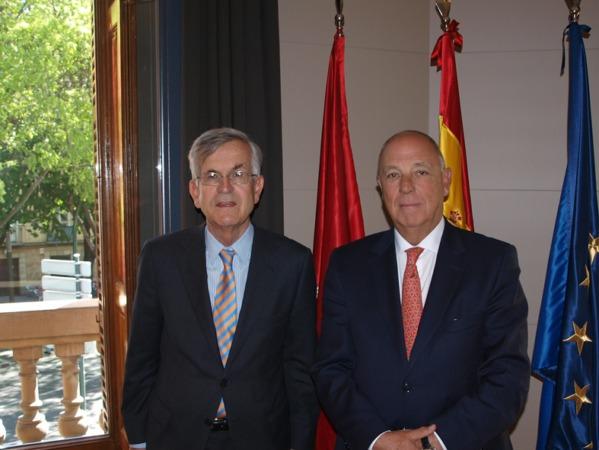 El embajador de España en Corea del Sur, Gonzalo Ortiz Díez-Tortosa junto al presidente de la Cámara Navarra, Javier Taberna