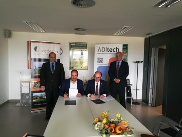 Momento de la firma por los responsables de Lurederra con el vicepresidente foral, Manu Ayerdi.