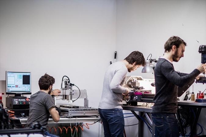 Equipo de Ápodo en su taller de diseño de equipos para producción audiovisual