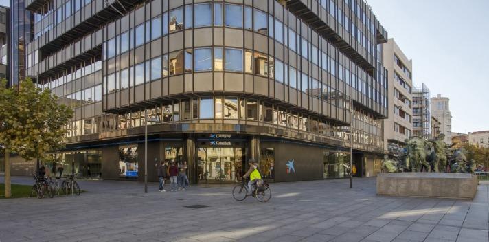 Imagen exterior de la oficina principal de Caixabank en Pamplona (archivo).