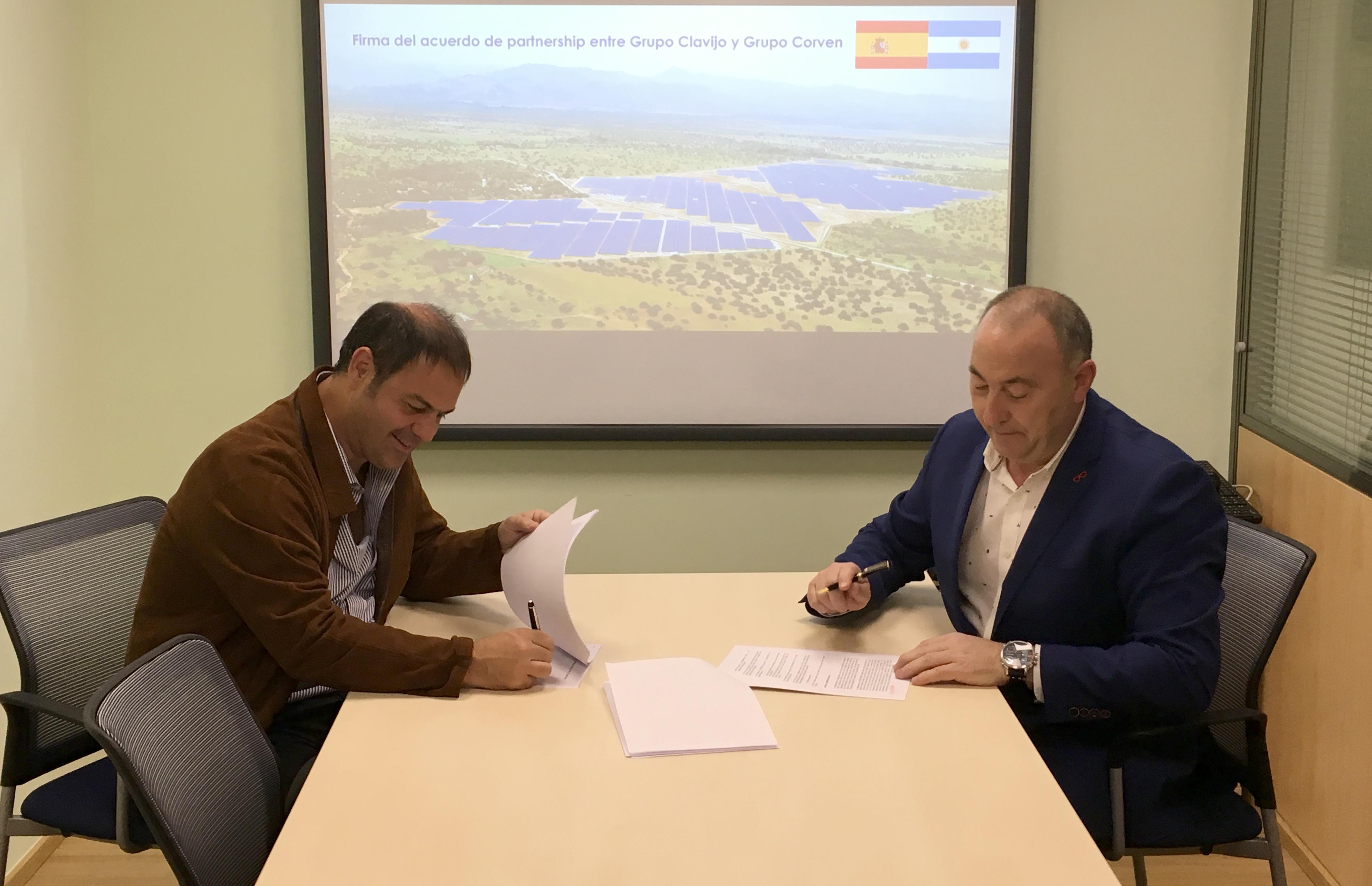 Momento de la firma del acuerdo entre  Leandro Iraola y Miguel Clavijo, presidentes de Grupo Iraola y Grupo Clavijo, respectivamente.