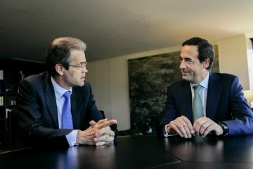 Jordi Gual y Gonzalo Gortázar, presidente y consejero delegado de CaixaBank, respectivamente.