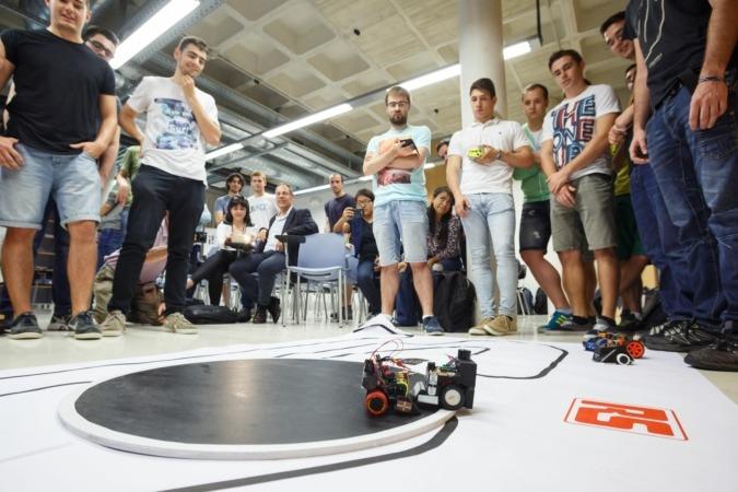Un momento de la competición con minirobots sumo, celebrada en la sede del ISC de la UPNA.