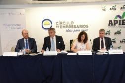 Momento de la presentación del Barómetro con Miguel Canalejo (primero por la izquierda) y Javier Vega de Seoane a su lado.