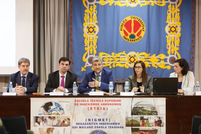 La mesa presidencial del acto. De izda. a dcha., Rafael Rodríguez, Ignacio Ugalde, Alfonso Carlosena, Jéssica Seoane y Iosune Pascual.
