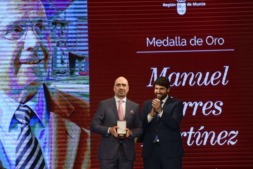 Momento de la entrega de la 'Medalla de Oro' de Murcia a Manuel Torres.