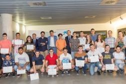 Foto de familia de los ganadores del premio 'Futuros Profesionales' de AER.