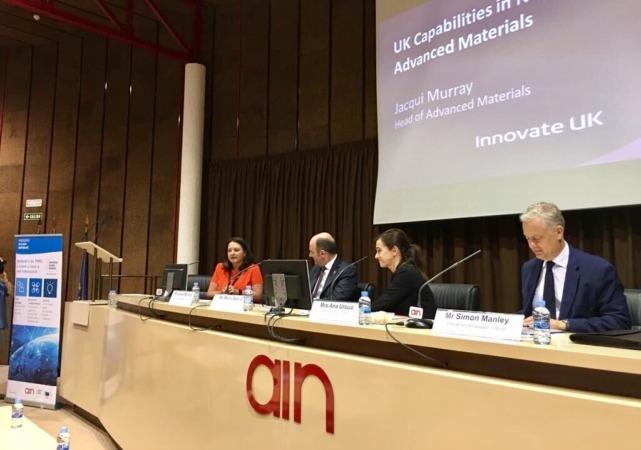 Imagen de la mesa presidencial del encuentro Navarra-Reino Unido celebrado en AIN.