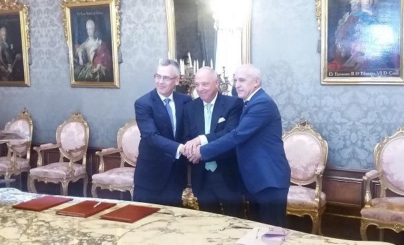 De I a D: Pedro Esnaola, Javier Taberna y André-Yves Garreta tras la firma del acuerdo