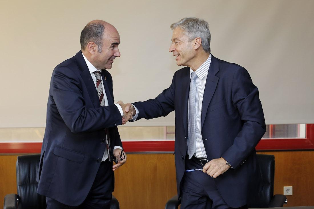 """Firma del acuerdo entre Manu Ayerdi y Mario Buisán para que Navarra también se beneficie del programa """"Activa Industria 4.0""""."""