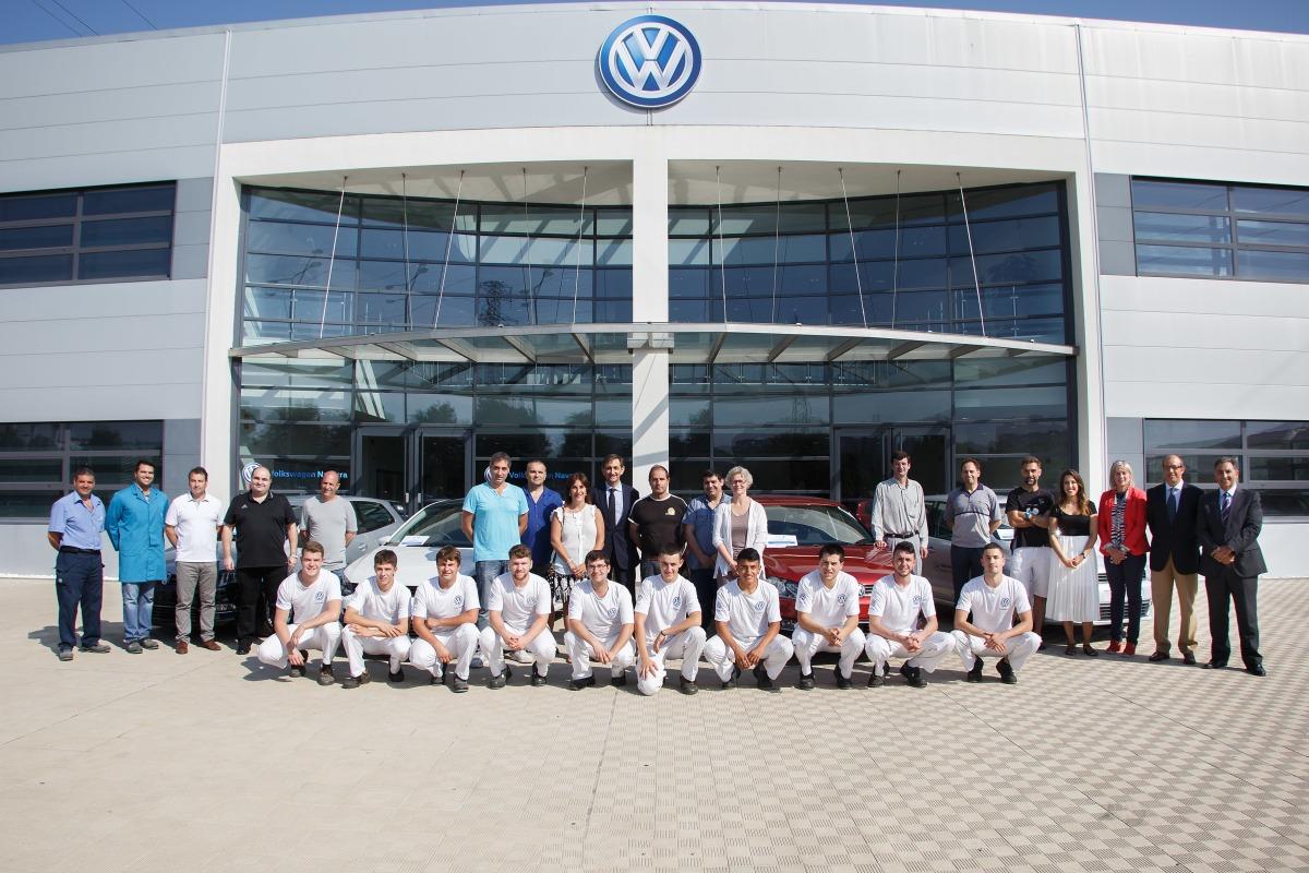 Momento de la donación en la fábrica Volkswagen Navarra