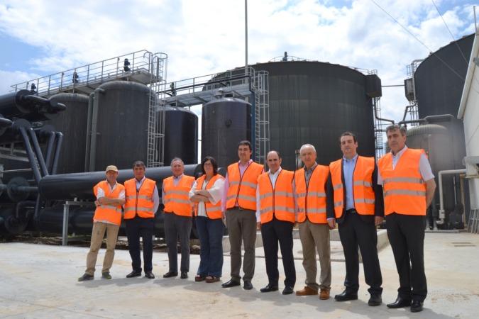 El consejero Ayerdi junto con Pilar Irigoien y el resto de los técnicos del centro productivo de Caparroso