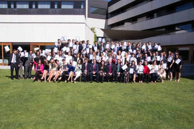 Foto de Familia de los asesores de Caja Rural de Navarra certificados en MIFID II.