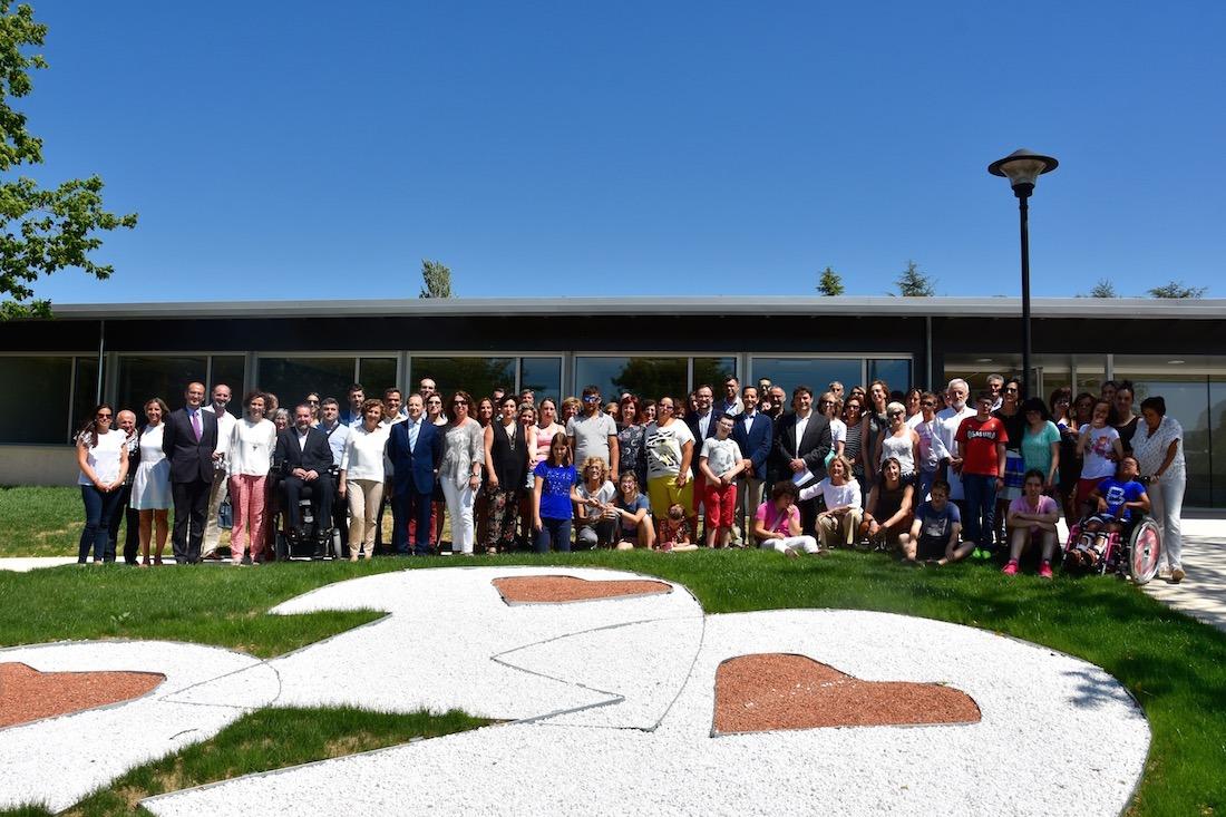 Foto de familia de los participantes en la inauguración del Centro Especial Isterria.