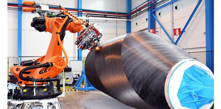 Un robot extiende la fibra de carbono que forma el fuselaje del avión.