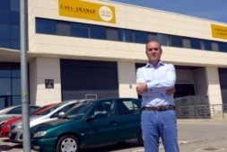 Imagen de Luis María Aranaz, de Casa Aranaz, delante de su centro de trabajo en la CAT. Foto: Germán Pérez.
