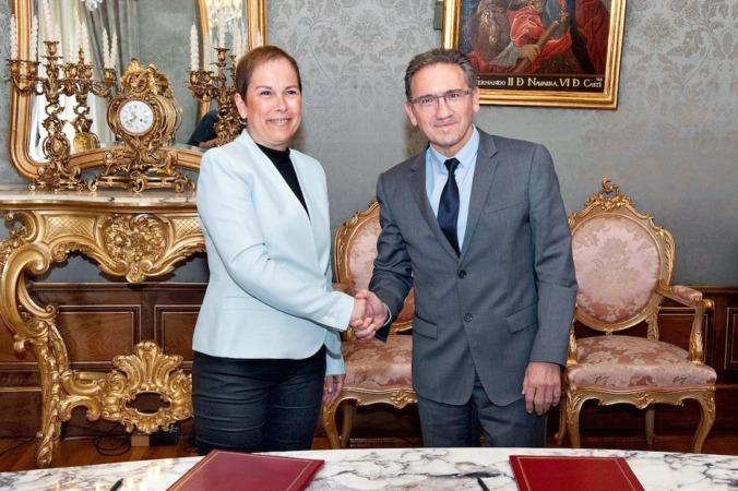 """Uxue Barkos, presidenta de Navarra junto al  el director general de la Fundación Bancaria """"la Caixa"""", Jaume Giró hoy en Pamplona"""