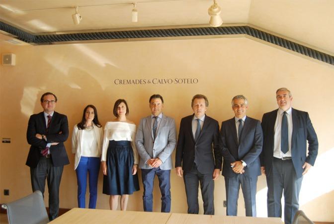 Javier Cremades (tercero empezando por la derecha) junto a la plantilla de socios de Cremades & Calvo Sotelo en Pamplona.