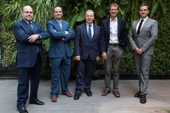 Los investigadores Alfonso Vara, Samuel Negredo y Avelino Amoedo) junto con David Levy y Nic Newman, que coordinan los datos globales desde el Reuters Institute de la Universidad de Oxford.