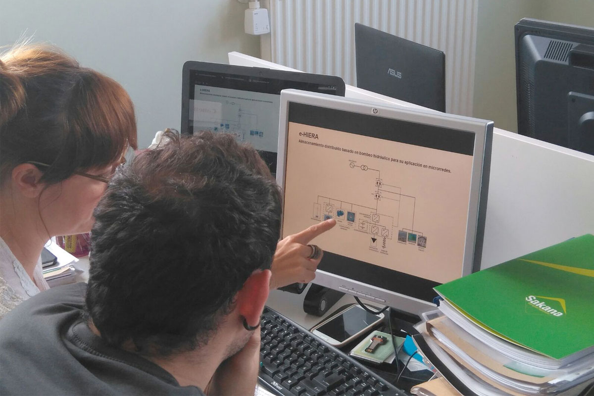 Parte del equipo que trabaja en el proyecto 'e-HIERA' en plena actividad.