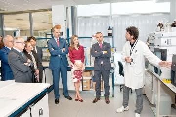 Los Reyes de España atienden las explicaciones de un técnico, junto a los presidentes Barkos y Ceniceros, Floristán y Barbarin.