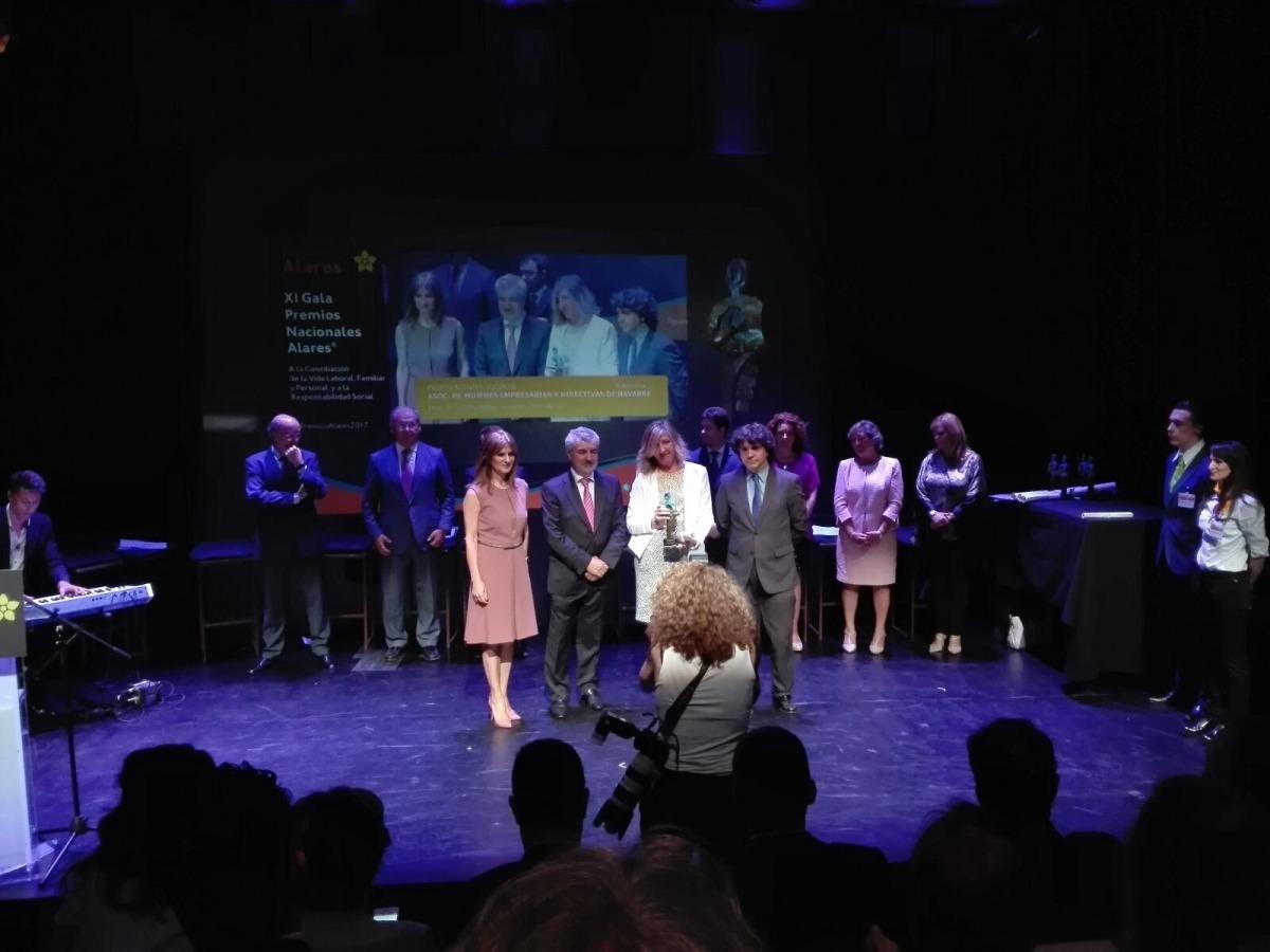 Entrega del premio a AMEDNA por parte de la Fundación Alares.