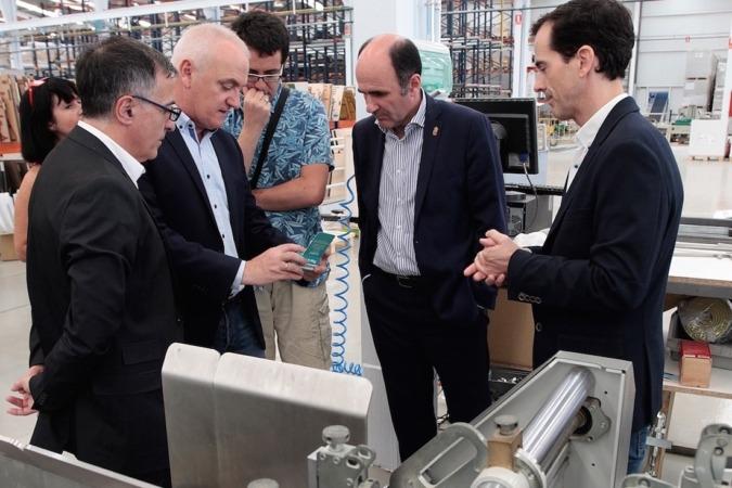 Julio Goicoechea enseña al vicepresidente Manu Ayerdi uno de los productos de la División de Packaging.