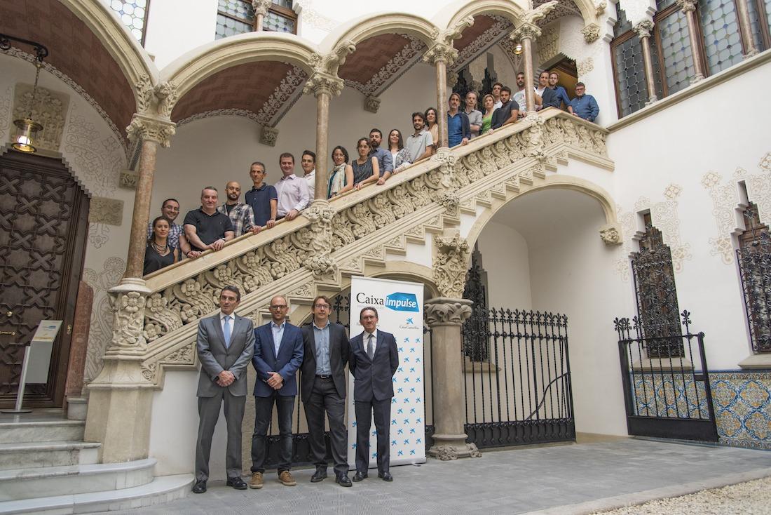 Marcelino Armenter y Jaume Giró, con los 23 científicos seleccionados.