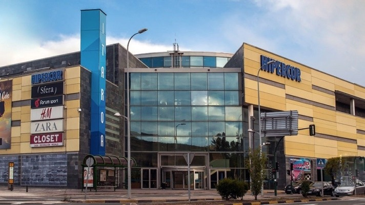 Imagen exterior del centro comercial Itaroa en Huarte