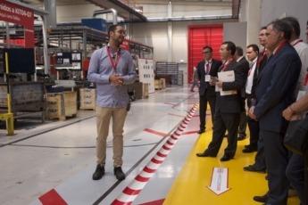 El presidente de la CEN, José Antonio Sarría, durante la visita a fábrica.